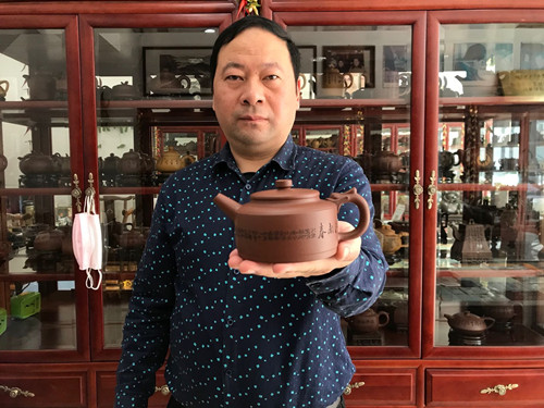 记工艺美术师、江苏省陶瓷协会会员——吴秋平